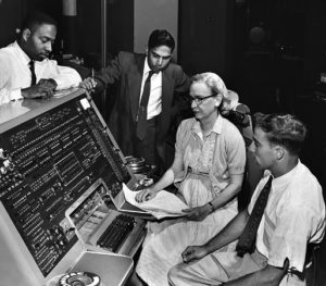 Programistka Grace Hopper przy komputerze UNIVAC I